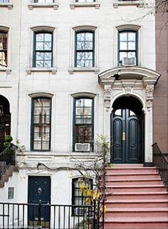 The iconic brownstone at 169 East Street in Manhattan, New York City was made famous by the film Breakfast at Tiffany's starring Audrey Hepburn as Holly Golightly who lived here alongside Paul Varjak, played by George Peppard. Exterior Design, Interior And Exterior, Interior Modern, Ville New York, Sweet Home, Holly Golightly, Breakfast At Tiffanys, City Living, Apartments For Sale
