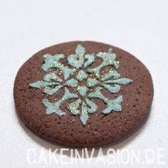 Glitter auf Muster auftragen #Tortendekorieren #Shia #CakeInvasion #Bollywood #Cookies #Plätzchen