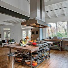 cocina encantadora con grande campaña extractora, ideas creativas para diseñar cocinas, muebles y suelo de madera