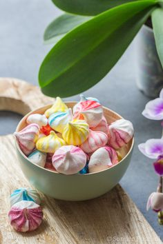Colorful Little Meringues. The easy technique to make small bicolor meringues with video. Mini Desserts, Bite Size Desserts, Meringue Pavlova, Meringue Desserts, Meringue Cookies, Macarons, Petite Meringue, Mini Meringues, Cookie Recipes