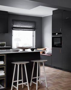 Lite härliga bilder från köket | Frida Fahrman Rue Verte, Black Kitchens, House Goals, Home Remodeling, Bar Stools, Kitchen Remodel, Kitchen Design, Pure Products, Table