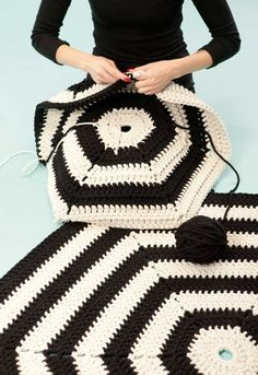 Alert for Hexagon Decor Ideas for Small Spaces A crochet rug goes mod in monochrome.A crochet rug goes mod in monochrome. Crochet Diy, Crochet Afghans, Crochet Home Decor, Love Crochet, Crochet Blanket Patterns, Crochet Crafts, Yarn Crafts, Crochet Rugs, Hexagon Crochet