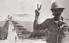 October war Yom Kippur war حرب اكتوبر Egyptian soldier and the victory sign Egyptian Newspaper, October War, Tank Warfare, Old Egypt, Cairo Egypt, Yom Kippur, Military Personnel, Modern Warfare, Armed Forces