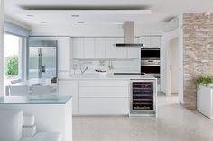 Greeploze witte keuken met kookeiland, wijnklimaatkast en side-by-side koelkast met ijs- waterautomaat  Sub-zero ICBBI-42SD - De beste keuken ideeën | UW-keuken.nl #keuken