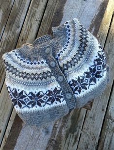 Ravelry is a community site, an organizational tool, and a yarn & pattern database for knitters and crocheters. Fair Isle Knitting Patterns, Knitting Designs, Knitting Stitches, Knit Patterns, Stitch Patterns, Ravelry, Knitted Hats, Knit Crochet, Sweaters For Women
