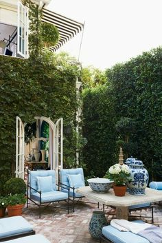 Outdoor secret garden! These Chinoiserie pots are everything!