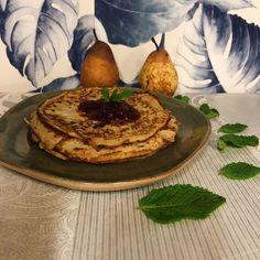 """Amor Em Castelo on Instagram: """"Crepes de aveia e calda de morangos 🍓 sem açúcar? Sim!! É assim que digo bom dia ao 27 e a vocês ☀️    #aveia #semacucar #pequenoalmoço…"""" Crepes, Sim, Hummus, Ethnic Recipes, Instagram, Strawberries, Breakfast, The Oatmeal, Castle"""