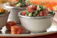 Intialainen kurkkusalaatti tomaatilla, punasipulilla, korianterilla ja sitruunalla