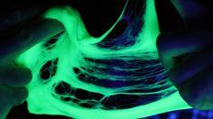 """Descobrimos um jeito de fazer geleca (também conhecida como meleca, amoeba ou """"slime"""") cem por cento caseira, sem usar o bórax, aquele ingrediente que ninguém conseguia encontrar! Este é o primeiro experimento inédito do livro do Manual do Mundo! Clique para saber mais sobre o livro! Vídeos relacionados: Sangue falso Líquido fluorescente Clique para conhecer …"""