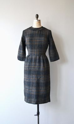 Vintage 1950s, early 1960s woven acrylic charcoal and tan plaid dress with 3/4 sleeves, fitted waist and metal zipper. Unlined.  --- M E A S U R E M E N T S ---  fits like: medium shoulder: 15.5 bust: 40 waist: 30 hip: up to 40 length: 41 brand/maker: n/a condition: excellent  To ensure a good fit, please read the sizing guide: http://www.etsy.com/shop/DearGolden/policy  ✩ more vintage dresses ✩ http://www.etsy.com/shop/DearGolden?se...