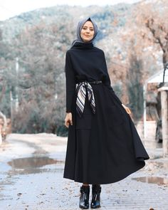 Renew your wardrobe with these, new abaya style which will enhance your personality. We have come with 50 different abaya style 2020 that will make you Modern Hijab Fashion, Hijab Fashion Inspiration, Islamic Fashion, Abaya Fashion, Muslim Fashion, Modest Fashion, Look Fashion, Fashion Outfits, Fashion Design