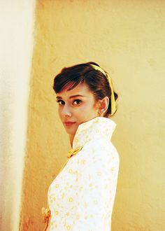 """vintagegal: """" Audrey Hepburn photographed by Milton Greene on the set of War and Peace, 1955 """" Audrey Hepburn Mode, Audrey Hepburn Photos, Milton Greene, Divas, My Fair Lady, Mellow Yellow, Bright Yellow, Happy Girls, Hot Girls"""
