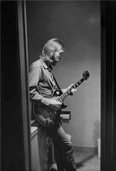 Legendary guitarist Duane Allman (The Allman Brothers, Derek and the Dominos) died in a motorcycle accident in One year and three blocks away, Allman bassist Berry Oakley also died in a motorcycle accident. Each was 24 years old. Les Paul, Jimi Hendricks, Jim Marshall, Jazz, Allman Brothers, Blues Artists, Rockn Roll, I Love Music, Blues Music