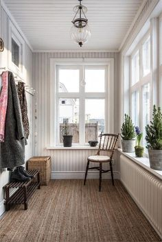 Agavägen 7 Seestaden Sandviken The real estate agency for those who want to change housing Closed In Porch, Enclosed Front Porches, Ideas Terraza, Sunroom Decorating, Enclosed Porch Decorating, Small Sunroom, Winter Porch, House With Porch, Mudroom