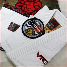 The very last set of the popular Vambora Explorer White Travel Ripstop Gi is heading to the USA. Travel far, train global✌  http://www.vamborabjj.com ✈⬅  #bjj #jiujitsu #brazilianjiujitsu #grappling #VamboraBJJ #vamborafightgear #bjjglobetrotters #gicollector #bjjgi #giaddicts #kimono #usa #Singapore