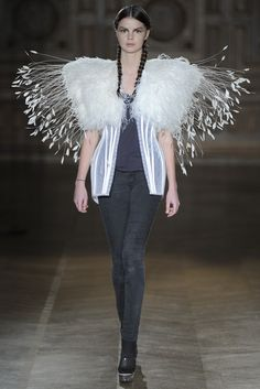 Serkan Cura Haute Couture Spring 2013 Fashion - bird-inspired fashion with dramatic white feather shoulder piece; 3d Fashion, Fashion Details, Couture Fashion, Trendy Fashion, High Fashion, Fashion Show, Fashion Design, Runway Fashion, Feather Fashion