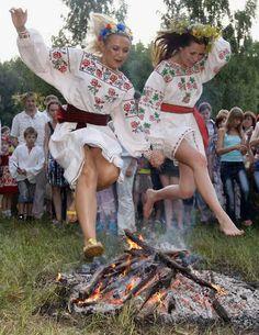 Girls jumping a fire during a Pagan festival in the Ukraine; Nas festas do mes de junho, no Nordeste do Brasil, ainda costuma-se pular a fogueira, quando em pares, é o ritual de compadrio. Onde os indivíduos serão compadres perante o santo da fogueira.