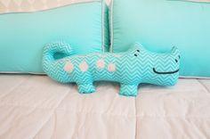 Kit de berço tema selva moderno e colorido. Almofada Toy jacaré. Estampa azul tiffany - Tree House Baby & Kids
