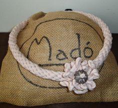 Collar de cordón en rosa palo con motivo floral, aplique y cierre metálico en color plata