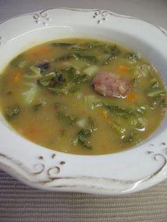 SOPA DE FEIJÃO MANTEIGA COM COUVE PORTUGUESA My Favorite Food, Favorite Recipes, Soup Dish, Portuguese Recipes, Portuguese Food, Spanish Food, Other Recipes, Soup And Salad, Stew