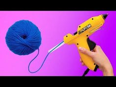 26 CRAFTING LIFE HACKS The yarn is an amazing material you can use for craft projects! There are a lot of décor items you can ma. Easy Yarn Crafts, Diy Home Crafts, Crafts For Kids, Simple Crafts, Diy Para A Casa, Life Hacks Youtube, Glue Gun Crafts, Glue Art, How To Make A Pom Pom
