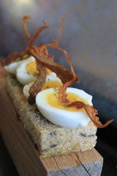 Canapés aux œufs de caille et pleurotes frites