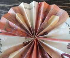 Geldgeschenk zum Urlaub basteln Anleitung Sonnenschirm falten Schritt 3b