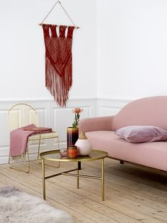 Spring 2017 Pantone Pale Dogwood - Blush Pink Interiors by www.perfect-imperfect.com Rideau Rose Pale, Pale Dogwood, Home Interior, Interior Design, Pouf Rose, Deco Rose, Metal Dining Chairs, Scandi Style, Scandinavian Home