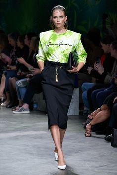 Versace Primavera Verano 2020 Pret-A-Porter - Pasarela   Vogue España 2020 Fashion Trends, Fashion Week, Fashion 2020, Runway Fashion, Fashion Brands, High Fashion, Fashion Looks, Fashion Outfits, Steampunk Fashion