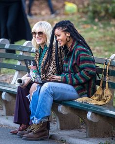 """Rihanna and Cate Blanchett pictured filming a scene at the """"Ocean's Eight"""" movie set around the Central Park Boat Pond in Uptown, Manhattan. Ocean's 8 Cast, Ocean's Eight, Oceans 8, Mindy Kaling, Cool Style, My Style, Rihanna Fenty, George Clooney, Katie Holmes"""