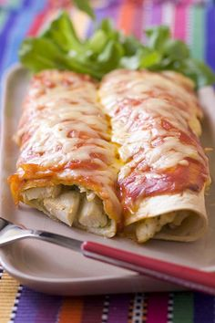 List of ingredients 8 wheat tortillas 600 g chicken breast 4 tomatoes 2 onions 3 cloves of garlic 1 peppers 5 tablespoons of tomato paste 1 teaspoon dried oregano 2 teaspoons sweet paprika (or strong paprika) 2 tablespoons cumin 1 teaspoon pasilla pepper 100 g cheddar cheese 2 tablespoons of olive oil Enchilada Recipes, Meat Recipes, Cooking Recipes, Beef Skillet Recipe, Skillet Meals, Bruchetta, Bourbon Chicken, Cheese Enchiladas, Veggies