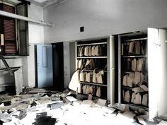 L'ex ospedale psichiatrico Giuseppe Antonini, famoso come il manicomio di #Mombello di Limbiate, in provincia di Monza e Brianza, è in uno stato di degrado e abbandono, ma nel corso del Novecento è stato l'ospedale psichiatrico più grande d'Italia e ha ospitato migliaia di persone.