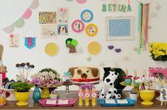 Com produção de Faísca e Fiasco, o aniversário de 2 anos da Betina teve um tema que ela ama: cães! Com cachorros por toda a parte, a decoração ficou uma graça. Confira