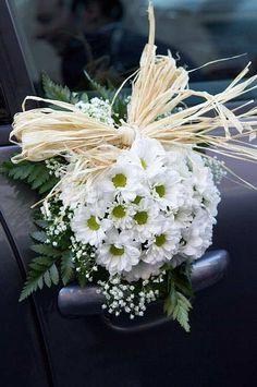 Arreglos florales coche Para saber más sobre los coches no olvides visitar marcasdecoches.org Just Married Car, Bridal Car, Wedding Reception Backdrop, Wedding Stage Decorations, Fancy Cars, Floral Arrangements, Wedding Flowers, Floral Wreath, Bouquet