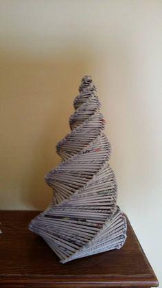 Alberello intreccio a spirale con carta di giornale