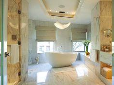 Einmaliges Badezimmer Kronleuchter mit Kristallen, gänzender Boden mit Marmorfliesen, eingebauter Badschrank, Decke mit LED Beleuchtung, Baddeko aus Blumen
