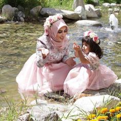 موديلات للام وابنتها , hijab fashion for mother and daughter Mommy Daughter Dresses, Mother Daughter Dresses Matching, Mother Daughter Fashion, Future Daughter, Daughter Love, Hijab Mode, Mom And Baby Outfits, Mommy And Me Photo Shoot, Hijab Evening Dress