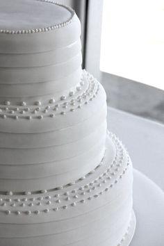 White on White Wedding Cake - Portugal #weddingportugal #lisbonweddingplanner #weddingcakeportugal