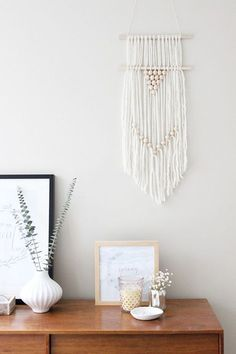 Easy and Simple DIY Wall Hanging Ideas - Amazing Wall Hanging Ideas to decorate the Home. These DIY Wall Hanging ideas are must to know for every girl and I am glad that I could find these DIY Wall Hanging Ideas and pinning for future reference. Diy Wall Art, Wall Decor, Yarn Wall Hanging, Wall Hangings, Diy Girlande, 70s Decor, Boho Diy, Diy Interior, Home And Deco