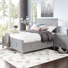 Кровать традиционного дизайна с выдвижными ящиками которые совершенно не портят внешний вид. .