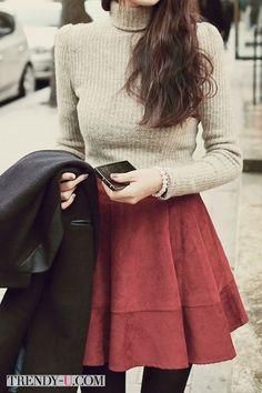 Бежевая водолазка и замшевая юбка цвета Марсала