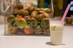 Save zone cu banana, ananas si lapte de cocos te va umple de energie pe tot parcursul zilei. Vino si tu la Essence Fruit Bar!