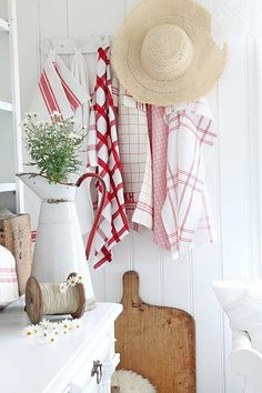 Red and white farmhouse display ….lots of pretty decor{VIBEKE DESIGN} – toptrendpin. Cottage Living, Cottage Chic, Cottage Style, Red Farmhouse, Farmhouse Kitchen Decor, Red And White Kitchen, Red Kitchen, Vibeke Design, Cottage Kitchens