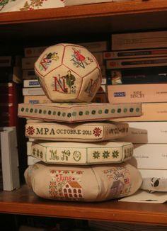 une jolie balle, ça vous dit... de quoi utiliser de jolies lettres , broderies main ou machine... Voici le blog d' une grande voyageuse... Le lien ICI