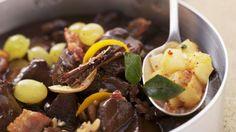 Damit beim Weihnachtsessen auch jeder satt wird - Gulasch vom Reh mit weihnachtlichen Gewürzen | http://eatsmarter.de/rezepte/gulasch-vom-reh-mit-weihnachtlichen-gewuerzen