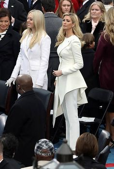 Ivanka, del 'total look' blanco a princesa Trump Hijab Fashion, Fashion Outfits, Womens Fashion, Vestidos Carolina Herrera, Jumpsuit Elegante, Mode Bcbg, Ivanka Trump Style, First Lady Melania Trump, Mode Vintage