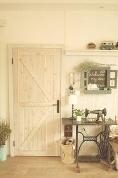 仿舊木製門搭配古董裁縫車,還滿配的 來自 Angus Tsai - DECOmyplace 居家誌 My Dream Home, Tall Cabinet Storage, Doors, House, Furniture, Design, Bags, Home Decor, Style