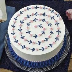 how sally: Photo Cake Decorating Frosting, Cake Decorating Designs, Creative Cake Decorating, Creative Cakes, Mini Cakes, Cupcake Cakes, Cupcakes, Simple Cake Designs, Simple Cakes
