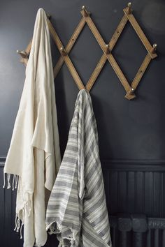 36 Ideas bathroom design vintage towel hooks for 2019 Chrome Towel Bar, Turkish Bath Towels, Old Towels, Tadelakt, Decoration Inspiration, Room Inspiration, Textiles, Bathroom Towels, Attic Bathroom