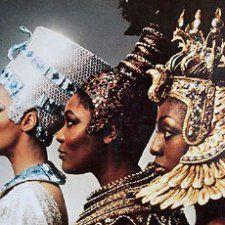 Por isso, nós brasileiros, aceitamos com naturalidade a tradição de limitar a identidade dos negros como descendentes de escravos.